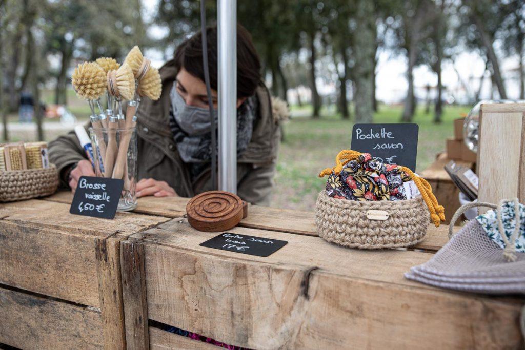 Stand de la savonnerie artisanale Magikabou au marché bio de Laleu