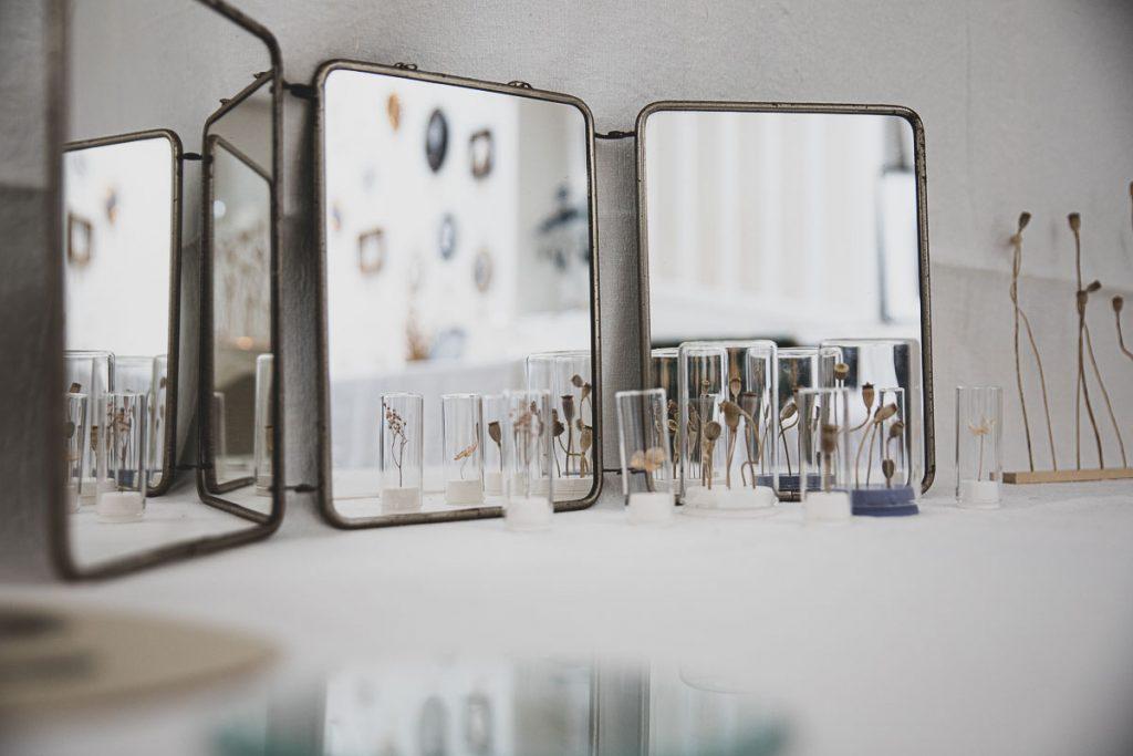 Anciens miroirs chinés et tiges de coquelicots en éprouvettes