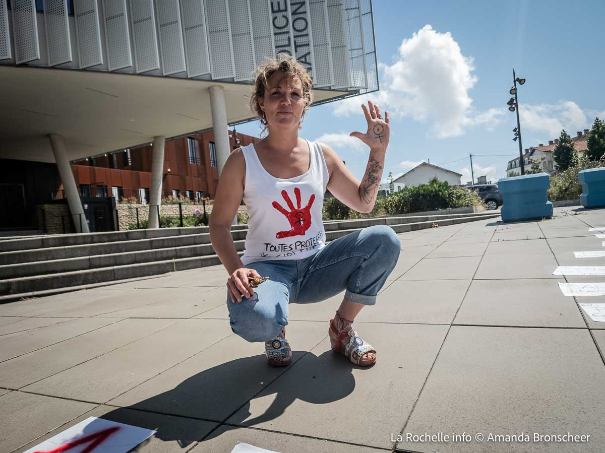 manifestante stop violences conjugales La Rochelle